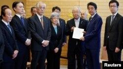 아베 신조 일본 총리(오른쪽에서 두 번째)가 지난 3월 도쿄 총리 관저에서 납북자 가족들과 만나고 있다. 가운데 서 있는 남성은 납북자 가족 대표 리주카 시게오, 그 옆에 서 있는 여성은 납치피해자 요코타 메구미 어머니 사키에 여사이다.