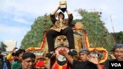 Walikota Surabaya Tri Rismaharini membawa piala Adipura Kencana dalam kirab keliling kota (12/6). (VOA/Petrus Riski)