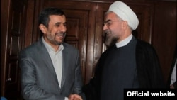 하산 로하니(오른쪽) 이란 대통령과 악수하고 있는 마무드 아마디네자드 전 대통령. (자료사진)