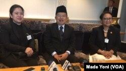 Wakil Presiden Jusuf Kalla didampingi Menteri Koordinator Bidang Pembangunan Manusia dan Kebudayaan Puan Maharani (kiri) dan Menteri Luar Negeri Retno Marsudi (kanan) memberikan keterangan pers di sela Sidang Umum PBB di New York, Kamis, 21 September 2017. (Made Yoni/VOA)