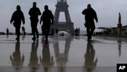 Des policiers français patrouillent vers la Tour Eiffel à Paris, le 7 mai 2017.