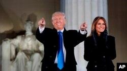 ترمپ و همسرش روز گذشته به محض ورود به واشنگتن دی سی از بنای یادبود براهام لینکن دیدن کرد