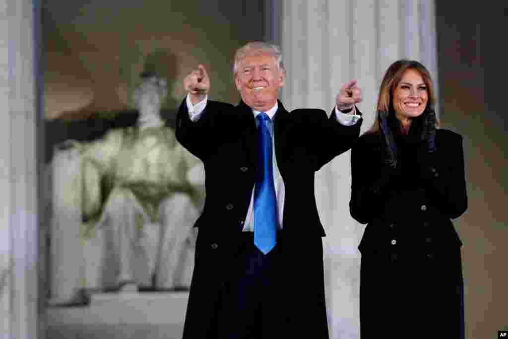 Le président élu des États-Unis Donald Trump et son épouse Melania saluent la foule près du mémorial Abraham Lincoln, à Washington, 19 janvier 2017.