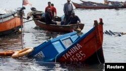 2014年4月2日智利渔民检查地震和海啸所造成的损坏