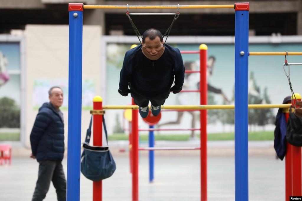중국 랴오닝성 선양의 한 체육시설에서 순롱춘(57)씨가 운동하고 있다.
