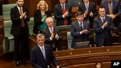 Novoizabrani predsednik Kosova Hašim Tači obraća se poslanicima posle polaganja zakletve