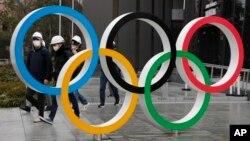 """Logo """"Cincin olimpiade"""" di dekat stadion nasional di Tokyo, Jepanf, 4 Maret 2020. (Foto: dok)."""