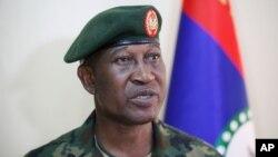 Nigeriya armiyasi matbuot kotibi, general Kris Olukolade jurnalistlar bilan savol-javob qilmoqda.