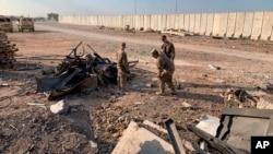Soldados estadounidenses inspeccionan el lugar del bombardeo iraní en la base aérea de Ain al-Asad en Anbar, Iraq, el lunes 13 de enero de 2020.