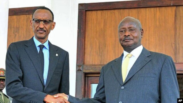 Uganda President Yoweri Museveni (R) shakes hands his Rwandan counterpart Paul Kagame at Entebbe State House, in Entebbe, Uganda, December 11, 2011.