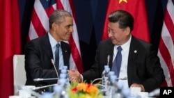 바락 오바마 미국 대통령(왼쪽)과 시진핑 중국 국가주석이 지난달 30일 파리에서 열린 유엔 기후변화협약 총회에서 만나 악수하고 있다.