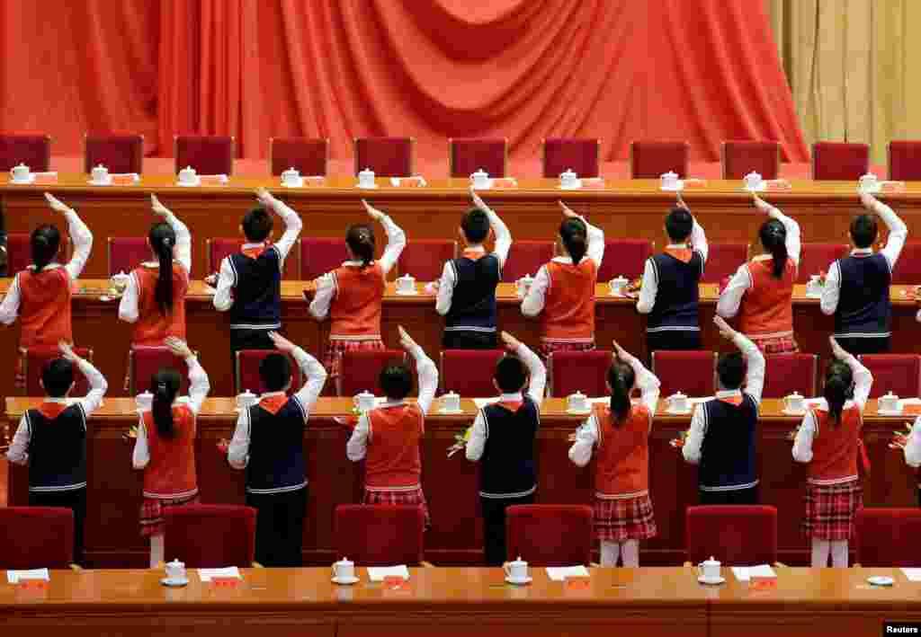 Xitoy islohotlarining 40 yiligini nishonlash tadbiriga o'quvchilar tayyorgarlik ko'rmoqda. Pekin.