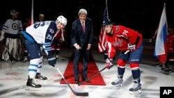 2014年2月6日,国务卿克里在华盛顿为冰球赛掷球开赛并嘱咐冬奥选手。