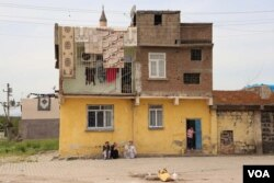 Residents of one home in the Sur's Ali Pasa neighborhood linger despite Monday's deadline to vacate. While they knew they probably would have to move, they were only notified for sure late last week. (M. Bozarslan/VOA)