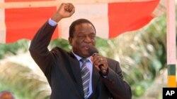 Le vice-président zimbabwéen Emmerson Mnangagwa salue les sympathisants du parti au siège de la ZANU-PF à Harare, 10 février 2016.