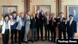 23일 호주 연방의회에서 북한인권결의안이 통과된 뒤 크레이그 론디 의원(왼쪽에서 여섯번째)과 북한인권개선 호주운동본부 관계자들이 환하게 웃고 있다. 북한인권개선 호주운동본부 제공.