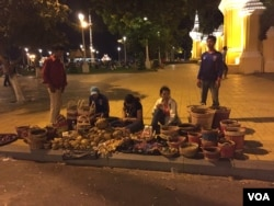 Evening street vendors are selling woven baskets in front of the Royal Palace in Phnom Penh, Cambodia, Thursday, November 26, 2015. (Phorn Bopha/VOA Khmer)