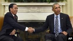 ປະທານາທິບໍດີ Barack Obama ສຳພັດມືກັບ ປະທານາທິບໍດີ ອິນໂດເນເຊຍ ທ່ານ Joko Widodo ລະຫວ່າງການພົບປະກັນ ທີ່ທໍານຽບຂາວ ໃນນະຄອນຫລວງວໍຊິງຕັນ.