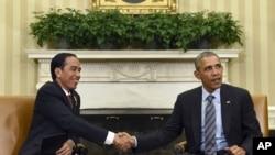 Presiden Joko Widodo (kiri) bersalaman dengan Presiden Barack Obama ketika bertemu di Gedung Putih, Washington. Ini adalah kunjungan pertama Presiden Jokowi ke Amerika.
