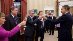 پرزیدنت اوباما با کارمندان خود که بر روی پیمان استارت کار کرده اند