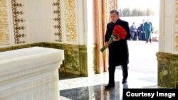 O'zbekiston Prezidenti Shavkat Mirziyoyev marhum Islom Karimov qabrini ziyorat qilmoqda.