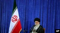 Pemimpin Tertinggi Iran Ayatollah Ali Khamenei memberikan sambutan dalam upacara memperingati 27 tahun kematian Ayatollah Ruhollah Khomeini di Teheran, Iran (3/6).