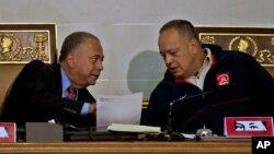 El presidente de la Asamblea Nacional de Venezuela, Diosdado Cabello (derecha) busca designar y juramentar este miércoles a los nuevos miembros del Tribunal Supremo de Justicia.