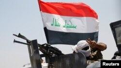 Seorang anggota pasukan keamanan Irak mengacungkan dua jarinya di dekat kota Fallujah, Irak (31/5),