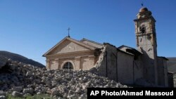 Gereja Katolik 'Madonna degli Angeli' mengalami kerusakan akibat gempa di kota Norcia, Italia hari Minggu (30/10).