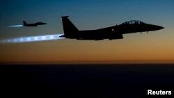 Dua pesawat tempur AS jenis F-15E usai melakukan serangan udara di Suriah (foto: dok).