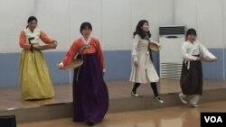 경기도 부천 전통문화전수소에서 배우들이 서도소리극 '고부지가' 공연을 연습하고 있다.
