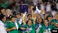 Tim Meksiko merayakan kemenangan 4-2 atas tim AS dalam Final Piala CONCACAF di stadion Rose Bowl, Pasadena (25/6).