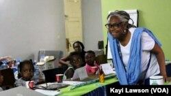 Isis Noor Yalagi, entretenant les enfants sur la pollution du plastique, Lomé, le 24 août 2019. (VOA/Kayi Lawson)