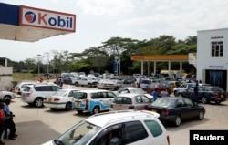 Drivers gather at a petrol station waiting for fuel along the Premier Novembre boulevard in Bujumbura, Burundi, May 30, 2017.
