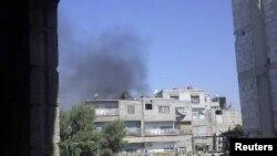 폭력사태가 심화되는 가운데 19일 시리아 수도 다마스쿠스 외곽에서 피어오르는 연기.