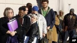 La cifra de estadounidenses que pidió su primera semana del subsidio de desempleo cayó a su menor nivel en casi cuatro años.