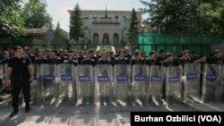 Ankara'da düzenlenen Mursi yanlısı gösteriler sırasında Mısır Büyükelçiliği önünde dizili polisler