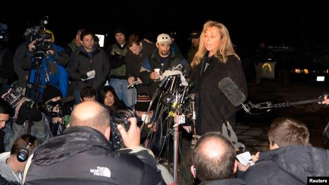Juru bicara kepolisian wilayah San Bernardino County, Cindy Bachman (atas, kanan) memberikan keterangan kepada media di Angelus Oaks, California (12/2).