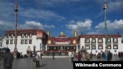 Kuil Jokhang di Tibet (Foto: dok). Kuil berusia sekitar 1400 tahun ini merupakan kuil agama Buddha pertama di ibukota Lhasa, Tibet.