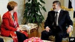 Foto de una reunión entre Mohamed Morsi y Catherine Ashton que tuvo lugar el 19 de junio de 2013. Este martes, ambos se volvieron a reunir en diferentes circunstancias.