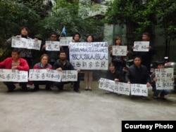 刘萍(站立者左一)等新余市公民举牌声援被捕北京活动人士。(图片来源:weiquanwang)