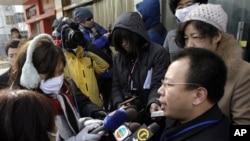 趙連海2009年在法院外對記者發表談話