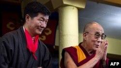 Lobsan Sangay (chapda) Tibetning surgundagi hukumati yangi raisi Dalay Lama bilan qasamyod keltirish marosimida ishtirok etyapti. Dxarmsala, Hindiston, 8-avgust, 2011-yil.