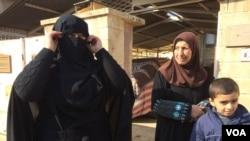 点击观看组图:摩苏尔战区的军民