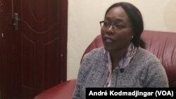 Madeleine Alingué, menteri komunikasi dan juru bicara pemerintah Chad berbicara di N'Djamena, Selasa 25/9. (VOA/André Kodmadjingar)