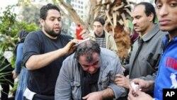 취재중 부상한 외국 사진기자와 그를 돕는 반정부 시위대