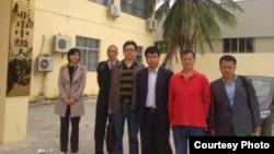 王宇、蔣援民等六律師在三亞市城郊法院外(維權網圖片)