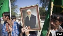 Plizyè santèn sitwayen nan Afganistan rasanble mèkredi 21 septanm 2011 la pou yo pwoteste kont asasina ansyen prezidan Burhanudin Rabbani, lakay li nan vil Kaboul madi