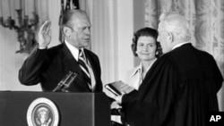 美国最高法院首席大法官伯格主持福特的总统就职宣誓,中为福特夫人贝蒂