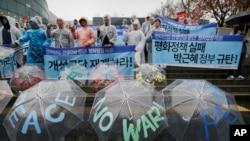 Des manifestants sud-coréens manifestent leur refus des sanctions des Nations Unies contre la Corée du Nord. Séoul, le 5 mars 2016.
